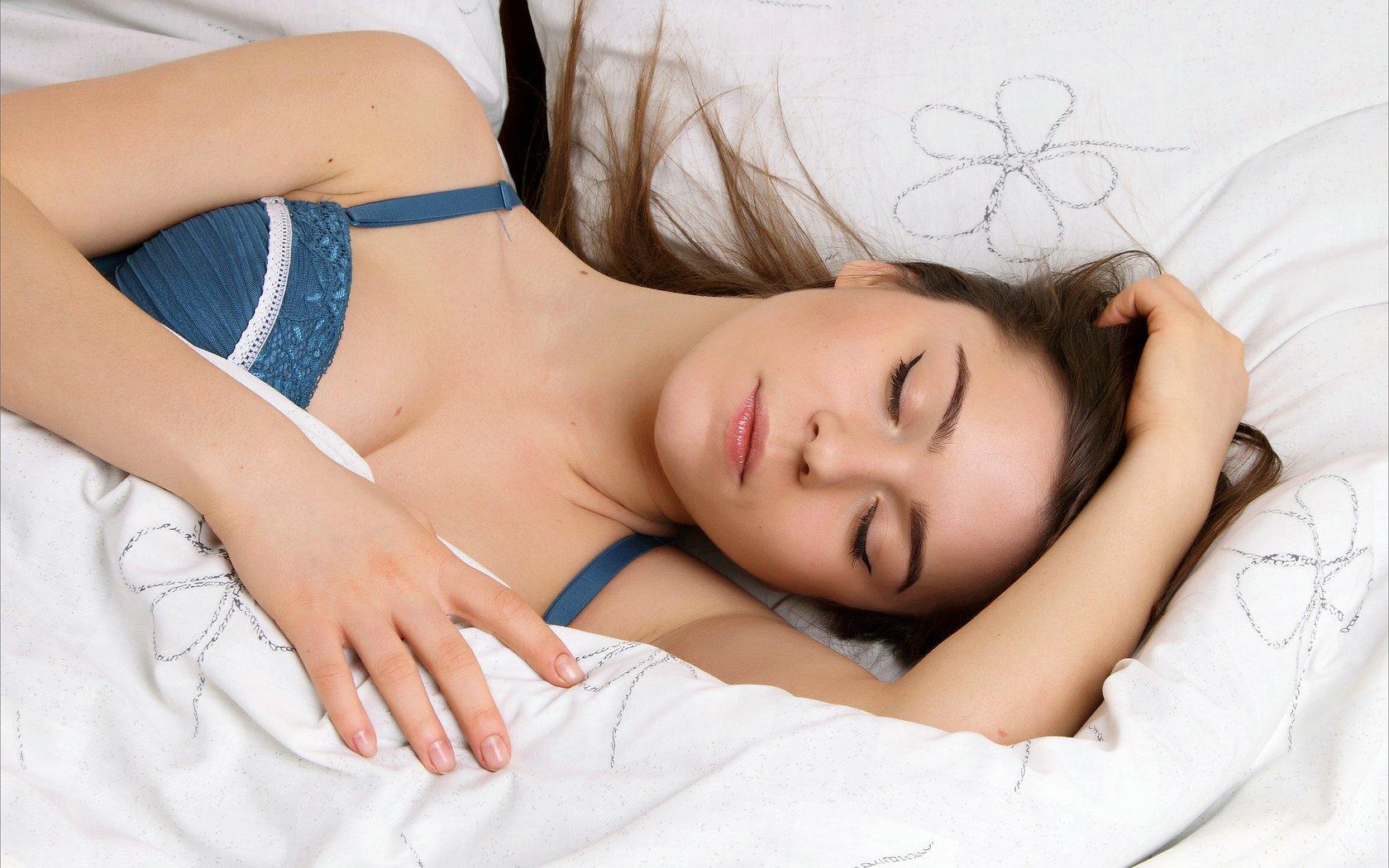 Красивая картинка спящей девушки