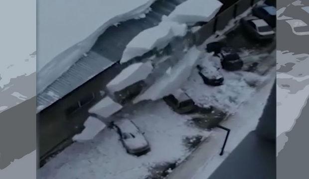 Park yerində olan maşınlar bir anda qarın altında qaldılar - VİDEO