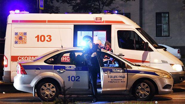 Koronavirusa yoluxan kişi onu xəstəxanaya aparmaq istəyən polisi bıçaqladı