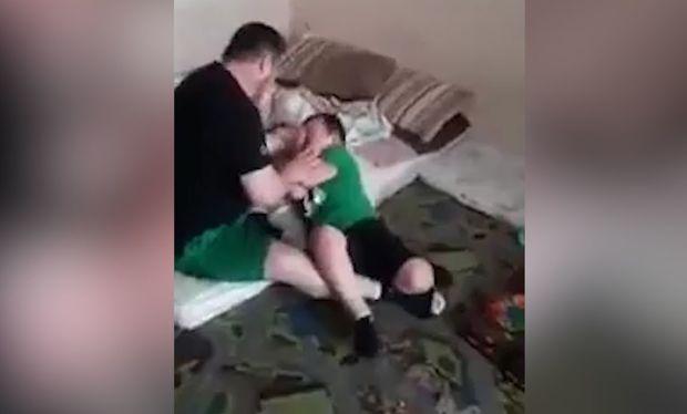 Ata idman etmək istəməyən oğluna işgəncə verdi - VİDEO