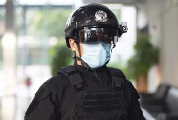 """Dubay polisi koronavirus xəstələrini tanıyan """"ağıllı"""" dəbilqə geyinir - VİDEO"""