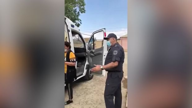 Bakıda polis səhhətində problem olan şəxsə kömək etdi - VİDEO