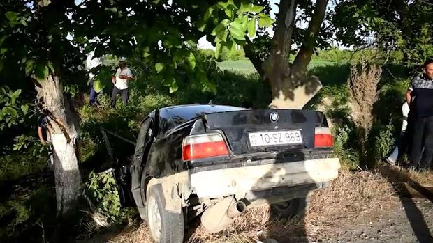 Xaçmazda idarəetmədən çıxan avtomobil ağaca çırpıldı - VİDEO