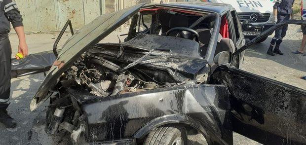 FHN əməkdaşları deformasiyaya uğramış maşından sürücünün meyitini çıxardıla ...