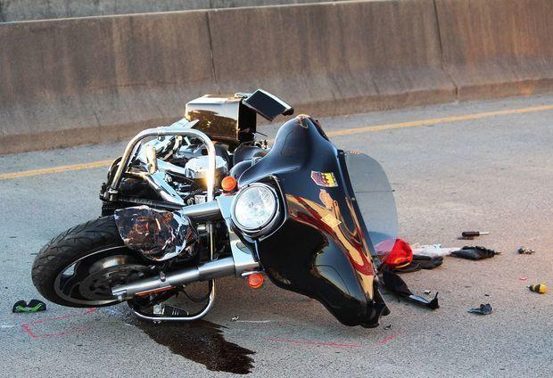 Sumqayıtda motosiklet minik avtomobilinə çırpıldı, yaralı var - FOTO