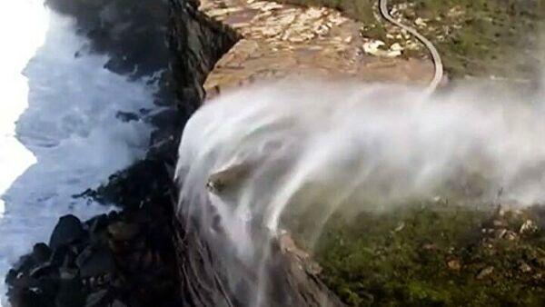 Avstraliyada qəribə görüntü: şəlalənin suyu aşağıdan yuxarı axır - VİDEO