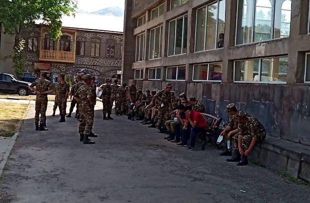 Ermənistanda seçki qarşıdurması: Paşinyan Koçaryana qarşı ordunu göndərir